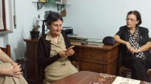 Sr Shirley riceve il nostro simbolo. realizzato in legno d'ulivo da Francesco.
